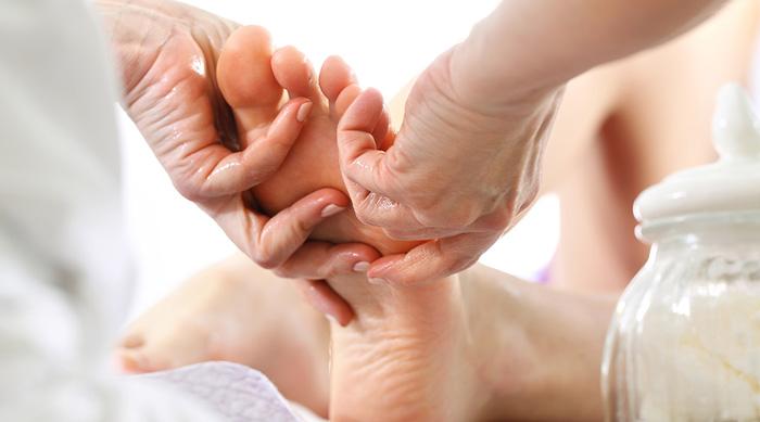 Aroma-Fußmassage mit Fußbad